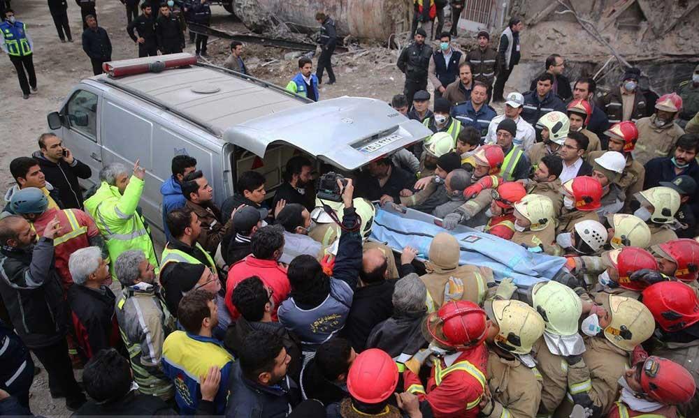 پیکر پانزدهمین شهید آتشنشان از زیر آوار خارج شد/ ادامه عملیات براى یافتن شهروندان زیر آوار