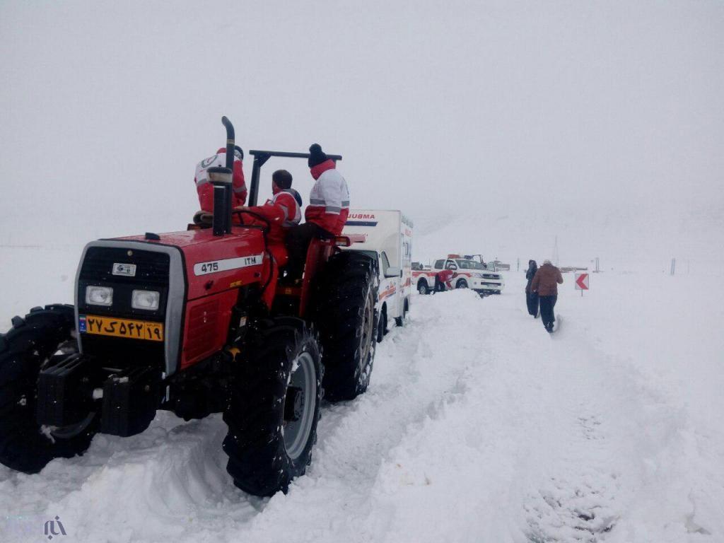 نجات جان مادر باردار گرفتار برف و کولاک در ده کیلومتری شهرستان دالاهو