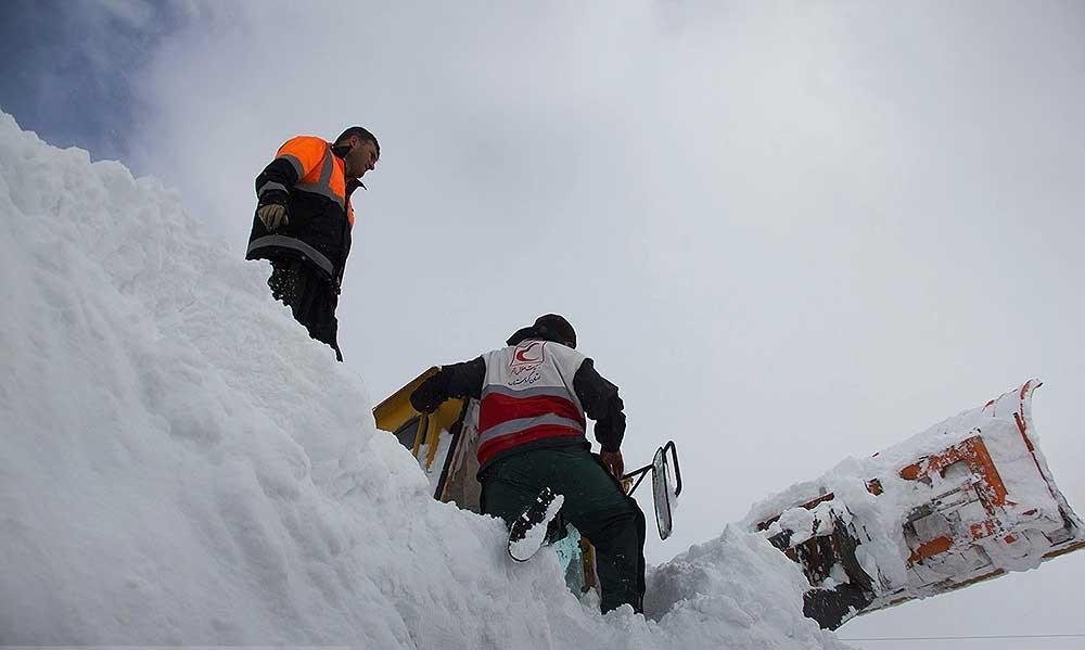 فیلم   نجات یک کولبر از زیرآوار بهمن در سردشت