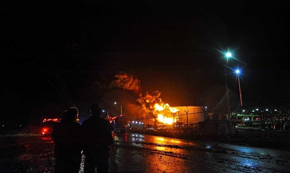 تصاویر | آتشسوزی مخزن ۵۰۰ هزار لیتری پالایشگاه نفت تهران