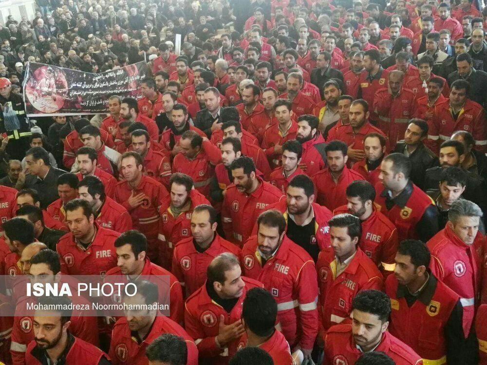 عکس   حضور آتشنشانان در مراسم تشییع هم قطارانشان در مصلای تهران