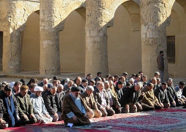 تصاویر | اقامه نماز در مسجد تاریخانه دامغان | مسجدی تاریخی از دوره ساسانیان