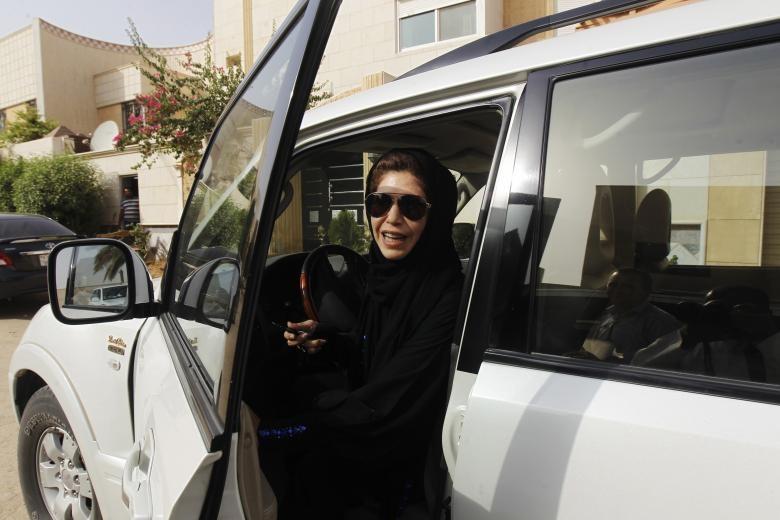 تصاویر | گزارش رویترز از زندگی زنان عربستان؛ از رانندگی تا تیوبسواری روی برف