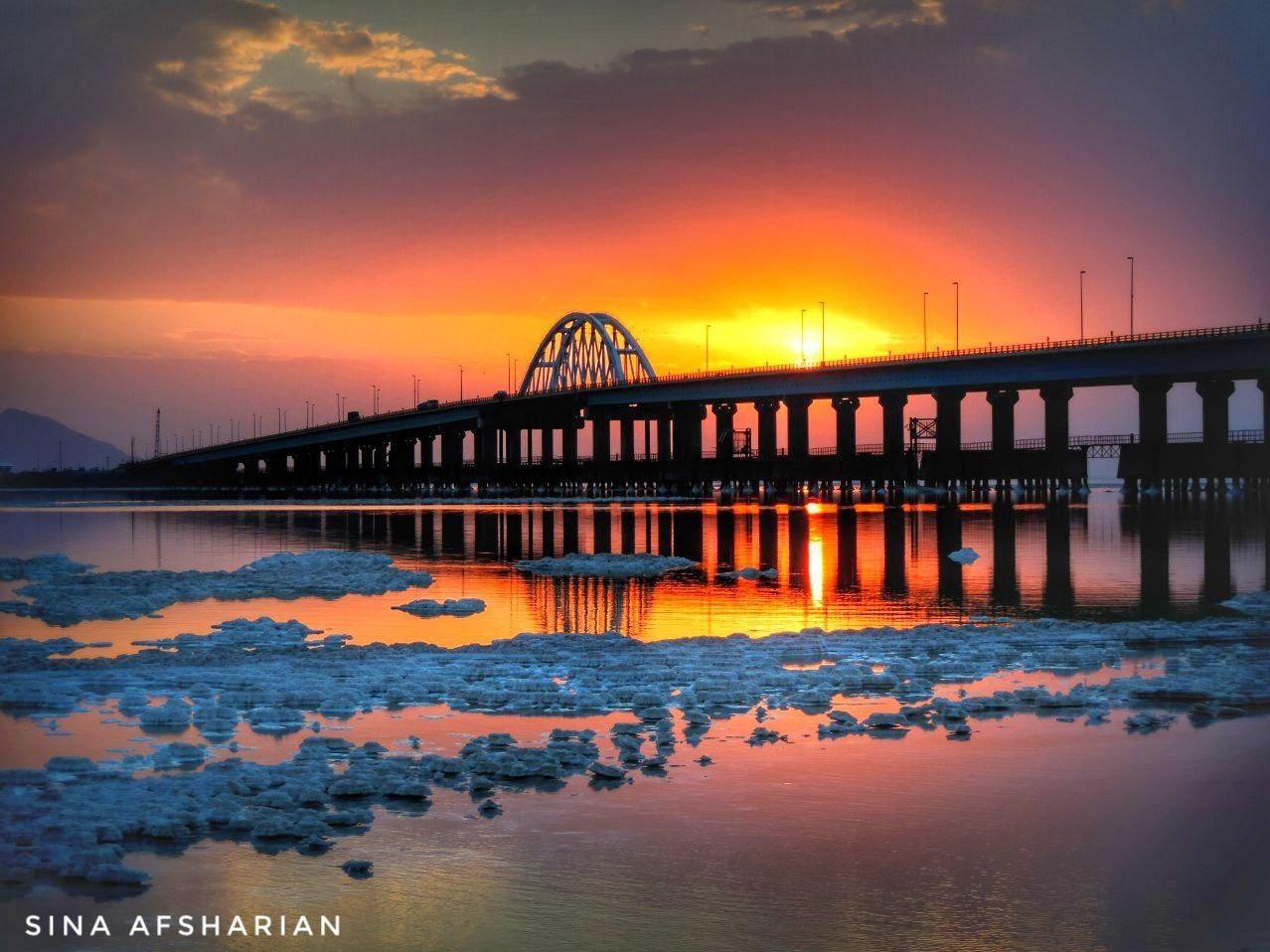 عکس | غروب تماشایی دریاچه ارومیه؛ پل میانگذر