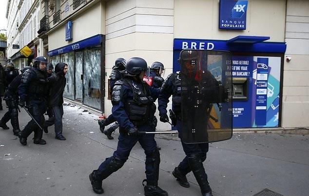 تصاویر   کارمندانی که علیه سیاستهای دولت فرانسه به خیابان آمدند