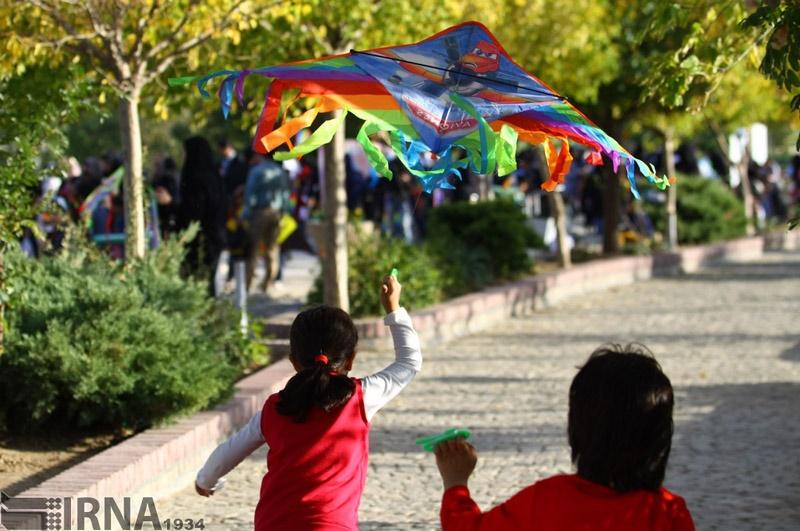 تصاویر | پرواز بادبادکهای کودکانه در آسمان همدان