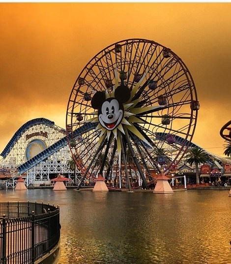 تصاویر | آسمان نارنجی دیزنیلند بعد از گسترش آتشسوزی مرگبار در کالیفرنیا