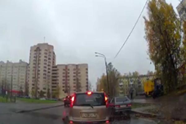 فیلم | تصادف شدید و ناگهانی دختر جوان با یک خودروی شاسیبلند