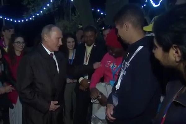 فیلم | شوخی پوتین با یک جوان سیاهپوست: میتوانی مرا لمس کنی که مطمئن شوی