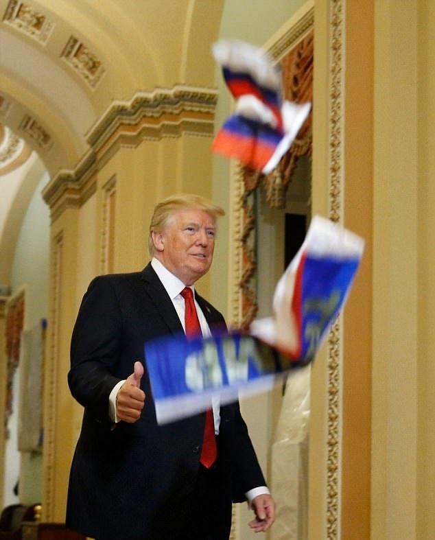 تصاویر | پرتاب پرچم روسیه به سمت ترامپ حین ورود به یک جلسه رسمی
