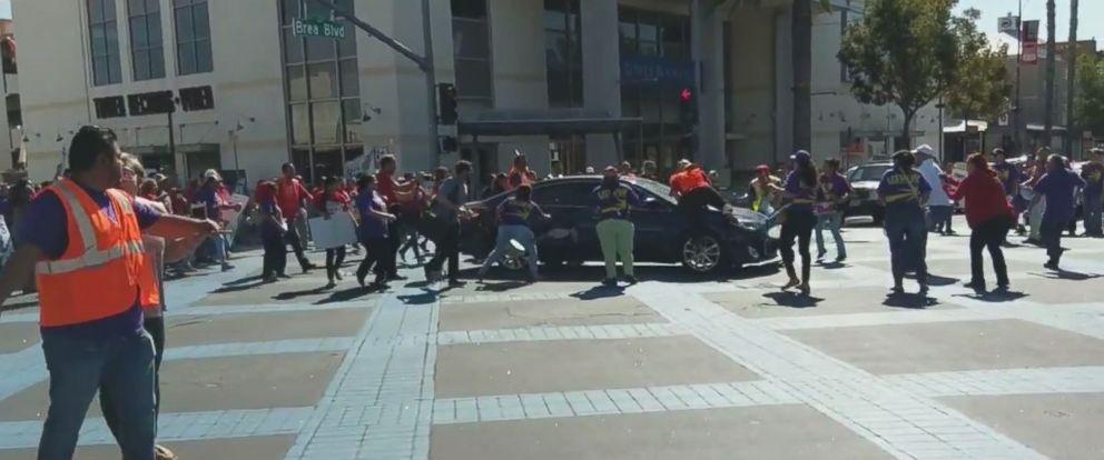 تصاویر   حمله به تظاهرکنندگان امریکایی با خودرو