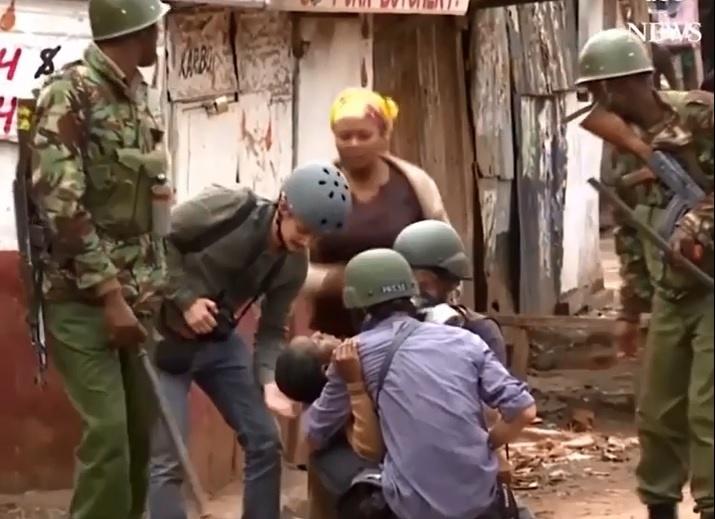 فیلم | گیرافتادن دانشآموزان وسط درگیری مسلحانه پلیس کنیا با معترضان