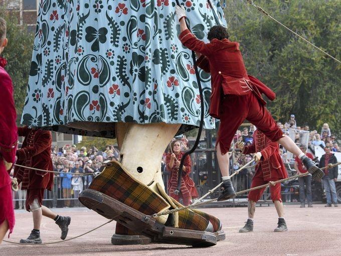 تصاویر | رژه عروسکهای غولپیکر خیمهشببازی در سوئیس