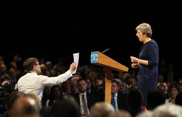 تصاویر   تنش در سخنرانی نخستوزیر انگلیس   حکم اخراج «ترزا می» در دستان او!
