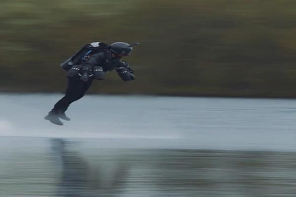فیلم | وقتی رکورد سریعترین پرواز با لباس جت شکسته شد