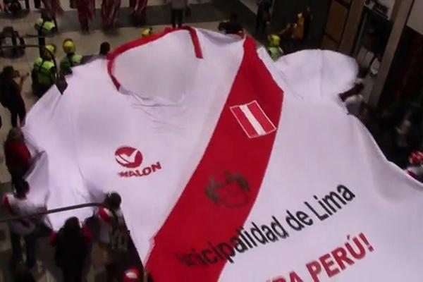 فیلم | تلاش طرفداران تیم پرو برای ثبت در گینس با تیشرت ۱۱ متری تیمشان