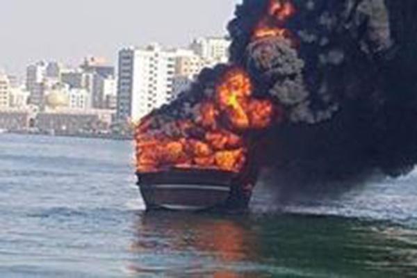 فیلم | لنج ایرانی در اسکله شارجه امارات در آتش سوخت