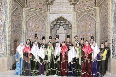 گردشگران خارجی مبهوت زیباترین مسجد رنگی جهان