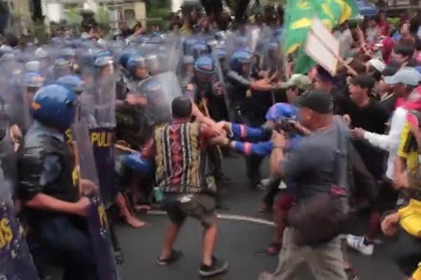 فیلم | درگیری در تظاهرات ضد ترامپ در نزدیکی سفارت آمریکا در فیلیپین