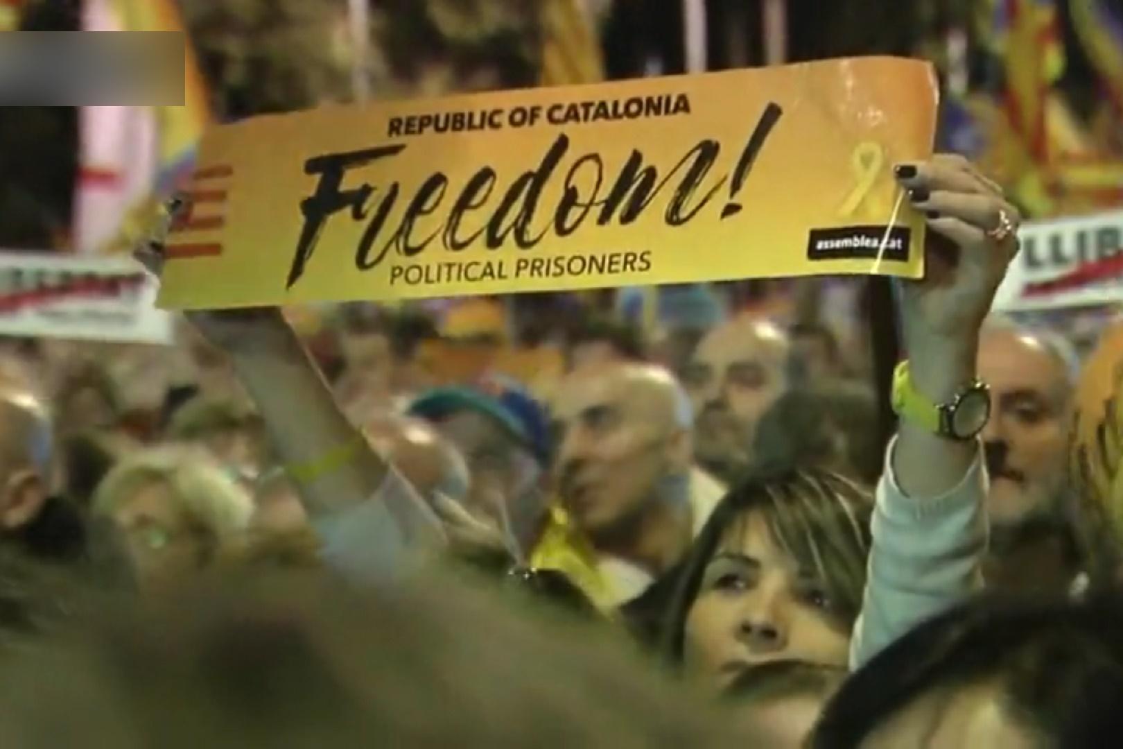 فیلم | راهپیمایی هزاران نفری مردم کاتالونیا در خیابانهای بارسلونا