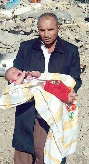 زنی جانش را داد تا پسر3ماهه اش زنده بماند/حرفهای تلخ مرد زلزله زده:با فراق همسر و2فرزندم چه کنم