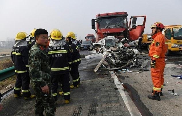 تصاویر   عکس جنجالی خبرنگار چینی بر سر صحنه تصادف زنجیرهای ۳۰ خودرو