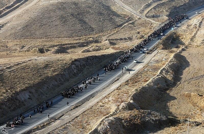تصاویر هوایی از پیادهروی زائران حرم رضوی(ع) در جادههای مشهد