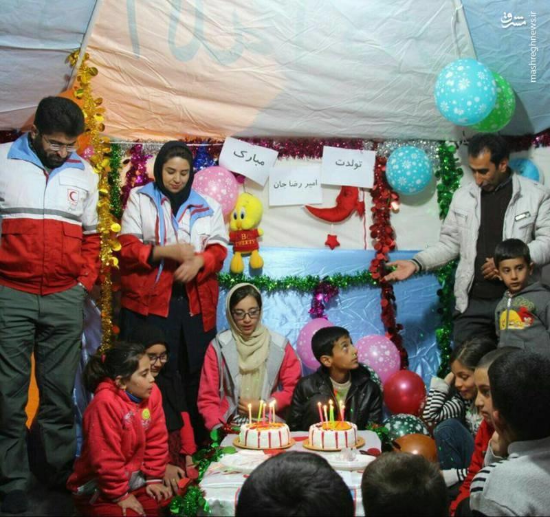 عکس   جشن تولد کودک زلزلهزده در چادر هلالاحمر