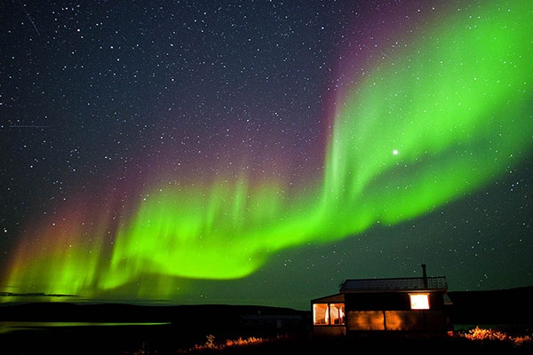 فیلم | مردم آلاسکا صبح خود را با این آسمان آغاز کردند