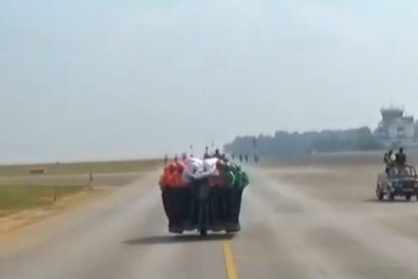 فیلم | رکورد عجیب ارتش هند؛ سوار شدن ۵۸ نفر روی یک موتورسیکلت!