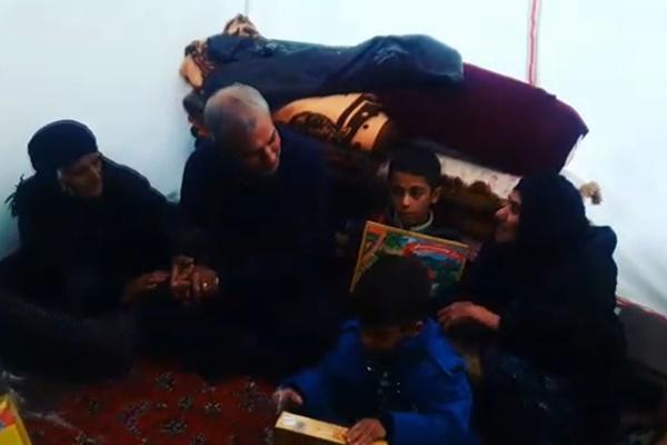 فیلم | دیدار سرزده وزیر کار با خانوادههای زلزلهزده در چادرهای شهر ازگله