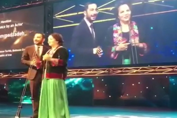 فیلم | لحظه اهدای جایزه بازیگرى آسیا پاسفیک به نوید محمدزاده
