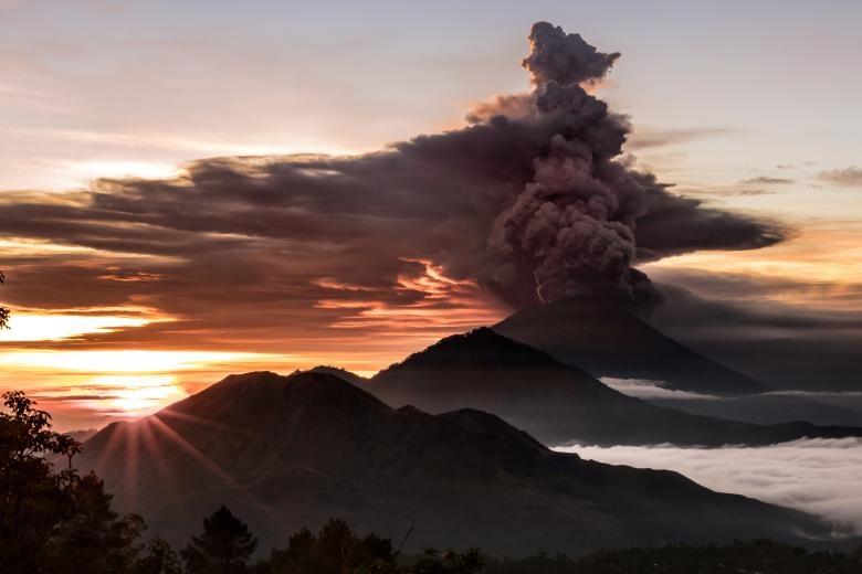 تصاویر   بالاترین سطح اخطار برای ساکنان جزیره بالی بعد از فوران آتشفشان