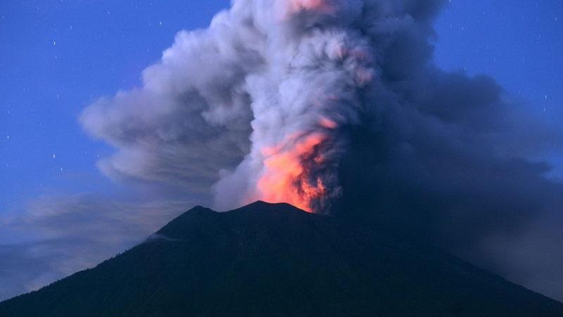 آتشفشان آگونگ بالی در آستانه فوران/ دمای کره زمین افزایش  پیدا میکند
