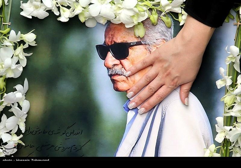 تصویری از مقبره گلباران شده پدر استقلال