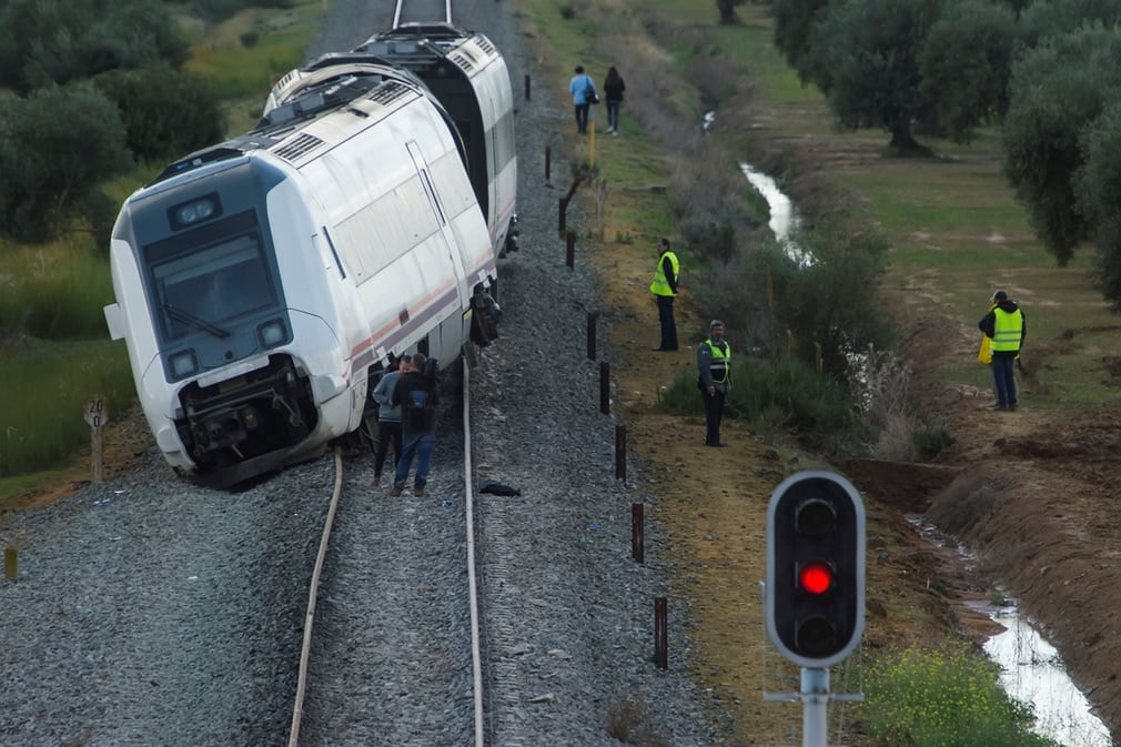 تصاویر | خروج قطار از ریل در اسپانیا با ۲۱ زخمی