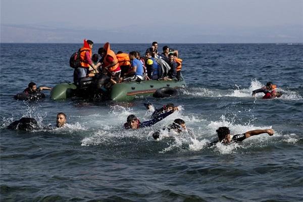 فیلم | فرار پناهجویان از گارد ساحلی لیبی در دریای مدیترانه