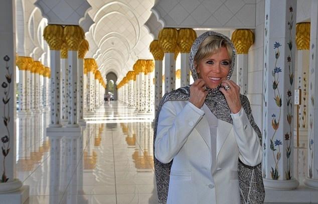 17 11 9 225023462839EE00000578 0 image a 6 1510215888164 - حجاب همسر رئیسجمهور فرانسه در بازدید از سومین مسجد بزرگ جهان