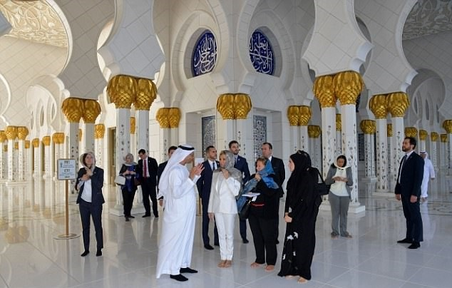 17 11 9 225034628399A00000578 0 image a 8 1510215894904 - حجاب همسر رئیسجمهور فرانسه در بازدید از سومین مسجد بزرگ جهان