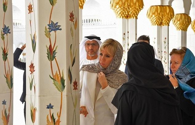 17 11 9 2250434628380E00000578 0 image a 5 1510215878962 - حجاب همسر رئیسجمهور فرانسه در بازدید از سومین مسجد بزرگ جهان
