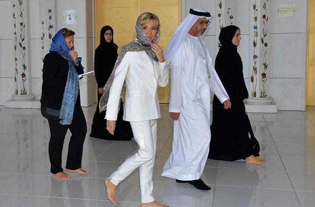 17 11 9 22511546283B3500000578 0 image a 1 1510214823999 - حجاب همسر رئیسجمهور فرانسه در بازدید از سومین مسجد بزرگ جهان