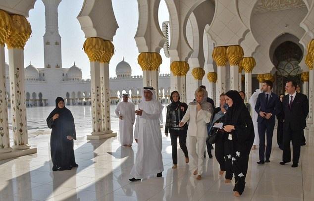 17 11 9 2251646283A8200000578 0 image a 4 1510215876009 - حجاب همسر رئیسجمهور فرانسه در بازدید از سومین مسجد بزرگ جهان