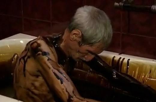 فیلم | حمام نفت برای درمان دردهای ثروتمندان