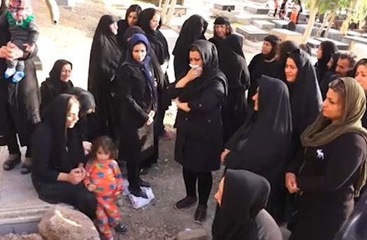 فیلم | اولین جمعه پس از فاجعه | سوگواری بر مزار قربانیان زلزله کرمانشاه