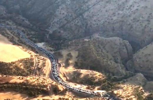 فیلم | ترافیک خودروهای حامل کمکهای مردمی در مسیر کرمانشاه