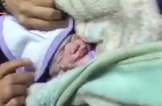 فیلم | تولد یک نوزاد دیگر در بیمارستان صحرایی سرپل ذهاب