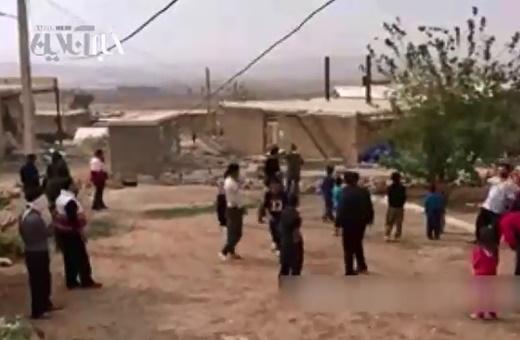 فیلم | فوتبال بازی کردن حمید استیلی با کودکان زلزلهزده