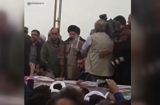 فیلم | درخواست رهبرانقلاب در دیدار با زلزلهزدگان کرمانشاه: کنار بایستید، من این جمعیت را ببینم