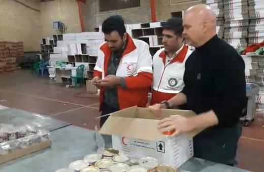 فیلم | وقتی نماینده سازمان ملل برای زلزلهزدگان بسته غذایی آماده میکند