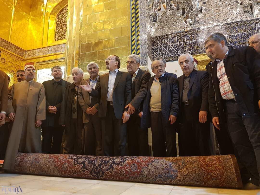 تصاویر | مفروش کردن حرم مطهر امامین کاظمین(ع) با قالیهای کاشان